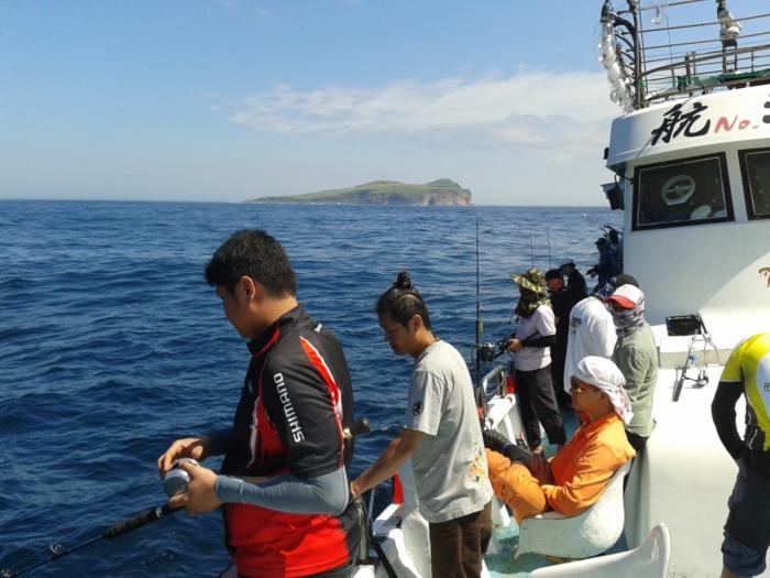 Kolega Sam. Ten w czarno-czerwonej koszulce Shimano holuje pierwszą poważną rybę na łodzi.