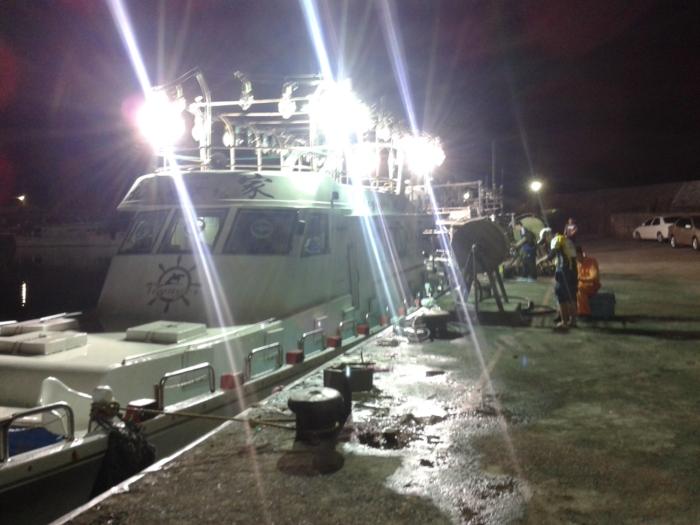 Jeszcze przed świtem ładujemy się na łódź
